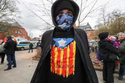A young Puigdemont supporter outside the Neumünster prison.
