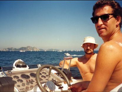 Alberto Núñez Feijóo with Marcial Dorado on board a boat owned by the latter off the coast of Vigo in 1995.