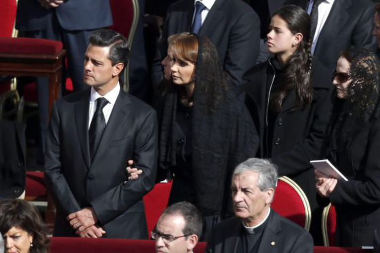 The president of Mexico, Enrique Peña Nieto, with his wife Angélica Rivera,during Tuesday's Mass.