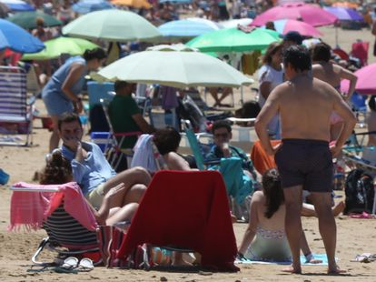 The beach in Chipiona (Cádiz) on the first weekend after Spain lifted its state of alarm.