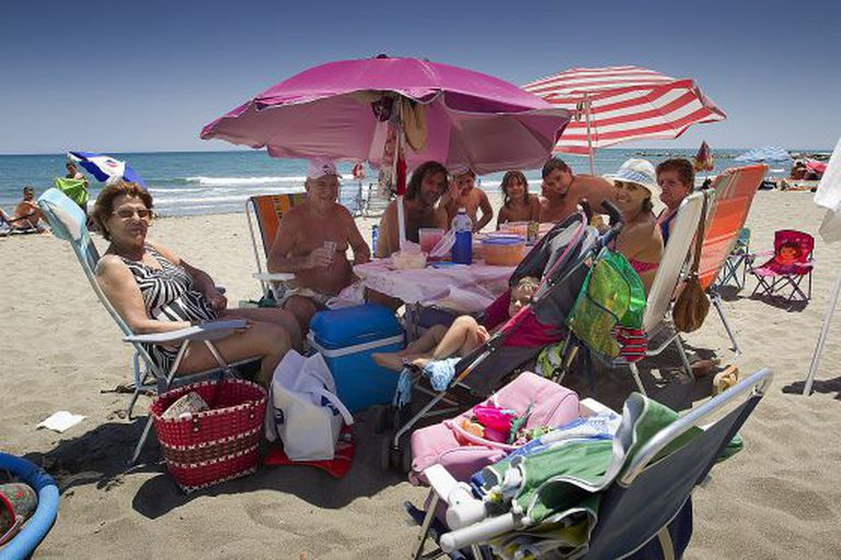 This summer is a record one for the ice chest, according to people in the hospitality sector who say that most beachgoers, like this family in Málaga, are in picnic mode.
