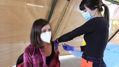 A nurse administering a dose of AstraZeneca in León.