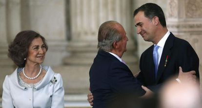 Queen Sofía, Juan Carlos and their son Felipe on the day that the abdication was signed into law in 2014.
