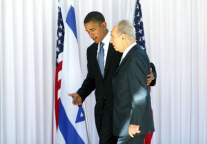 Simón Peres recibe a Barack Obama cuando era candidato a la presidencia de EE UU, en 2008.