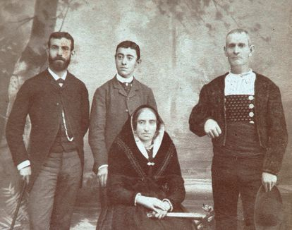 The explorer Domingo Sánchez (left) with his brother and parents.