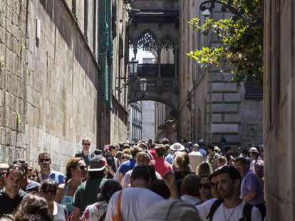Masses of tourists on Bisbe street, near the cathedral.