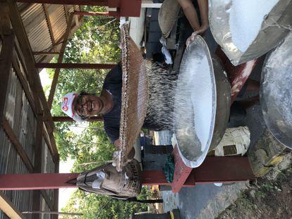 Francisca Miguel making cassava flour in Punã.