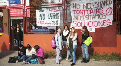 Ciudad de Jaén students at the gates of the school during a protest.