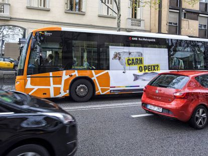 A Sant Boi bus spreads its anti-homophobic message.