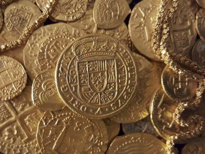 Gold coins and a chain recovered from a 18th century Spanish shipwreck off the coast of Florida by a married couple.