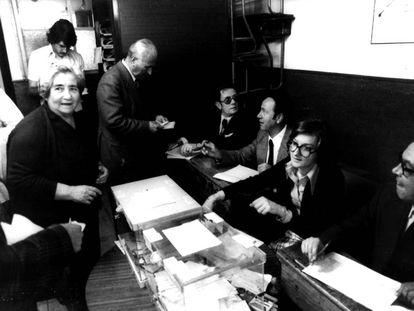 A woman voting 40 years ago in Madrid.