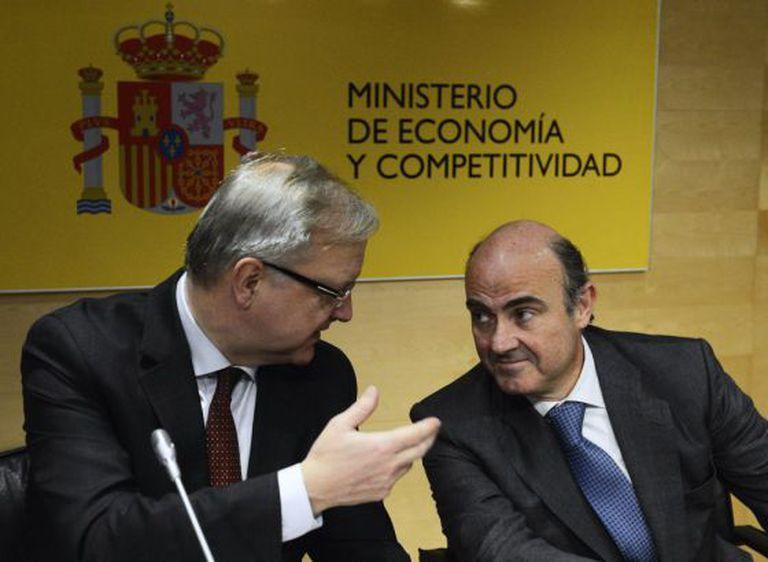 EU Economic and Monetary Affairs commissioner Olli Rehn (l) speaks to Spanish Economy Minister Luis de Guindos.