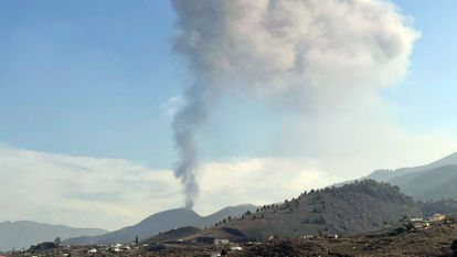 The Cumbre Vieja volcano resumes its activity after a short period of inactivity on Monday morning