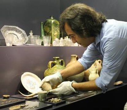 Carlos León studies the remains of a wreck in the Royal Atarazanas Museum in Santo Domingo