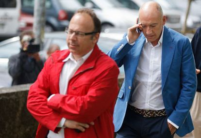 Prosecutor Antonio Roma (in red jacket) and Judge Luis Aláez several days after the accident.