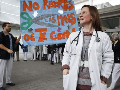 Staff and patients celebrate the U-turn on privatization plans outside Madrid's Hospital Infanta Leonor on Tuesday.