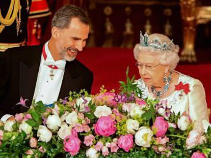 """British monarch describes friendship as """"dynamic and modern"""" during speech at state banquet in honor of Spanish king"""