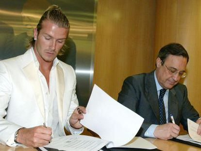 David Beckham and Florentino Pérez signing the contract in 2003.