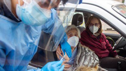A health worker vaccinating a patient in Haro, La Rioja.