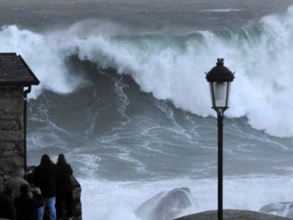 Giant waves on the coast of Muxía, in Galicia.