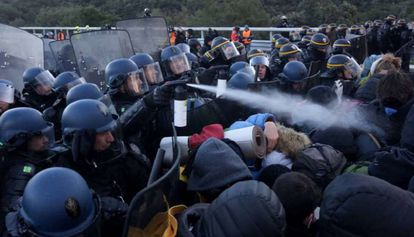 French riot police act against demonstrators at La Jonquera.