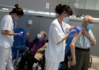 The 80-and-over age group are vaccinated in Isabel Zendal hospital in Madrid.