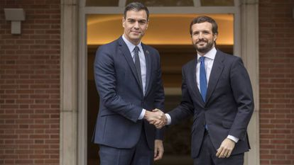 Prime Minister Pedro Sánchez (l) and Popular Party leader Pablo Casado in February.