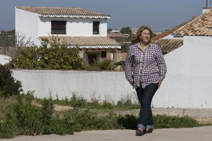 Marisol Ayala, the councilor for town planning in Chiclana, in front of an illegal housing estate.
