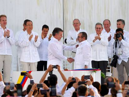 Colombian president Juan Manuel Santos shakes hands with FARC leader Rodrigo Londoño at the signing ceremony on Monday.