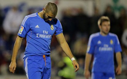 Real Madrid's Karim Benzema bows his head during the cup match at Olímpic de Xàtiva.