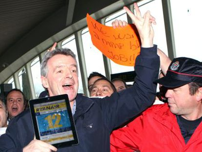 The CEO of Ryanair, Michael O'Leary, poses in front of Spanair protestors.