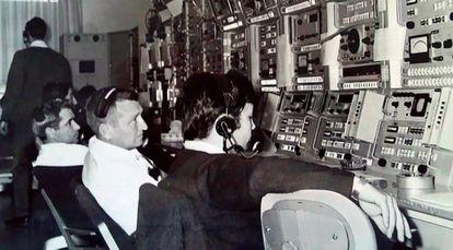 Carlos González (r) in the Fresnedillas monitoring station in 1969.