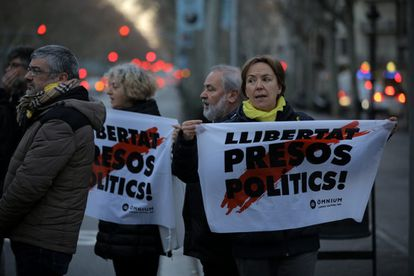 """Protesters on Barcelona's Gran Vía hold signs reading: """"Free [the] political prisoners,"""" in reference to the Catalan separatists in pre-trial detention for their involvement in the independence drive."""