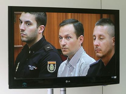 A photograph of José Bretón in the courtroom taken from the pressroom TV screen.