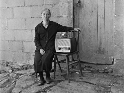 Virxilio Vieitez's photograph of an old Galician woman and her radio.