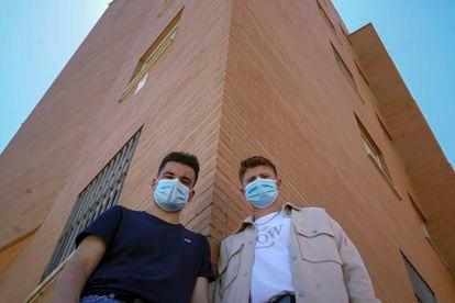 Oscar Zafra, 18, and his friend Daniel Cáceres, 17, in Fuenlabrada.