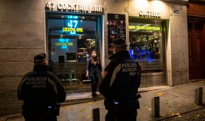 Police officers in Madrid's La Latina during the first night of curfew.