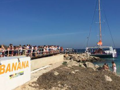 More than a hundred English tourists wait in line to board one of Magaluf's party boats.