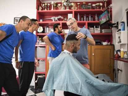 Passengers of the 'Aquarius' begin their new life at a hairdresser
