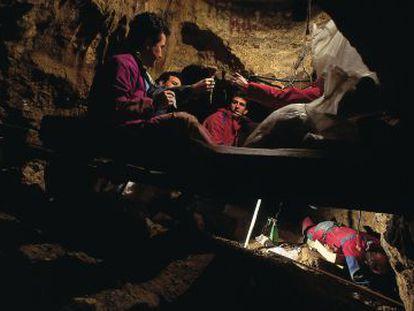 Researchers working inside Sima de los Huesos, in Atapuerca (Burgos).