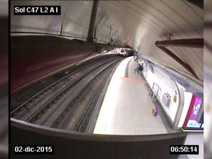 A child's balloon interrupts Madrid subway service.