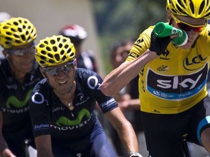 Overall leader Christopher Froome (r) drinks as he rides ahead of Spain's Alejandro Valverde during Sunday's ninth stage of the Tour.