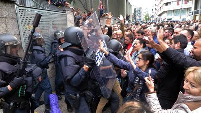 Spanish National Police attempt to prevent people from voting on October 1.