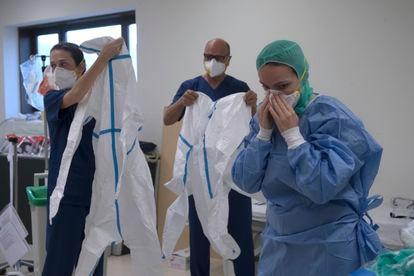Healthcare personnel don protective gear at Los Arcos de San Javier hospital in Murcia.
