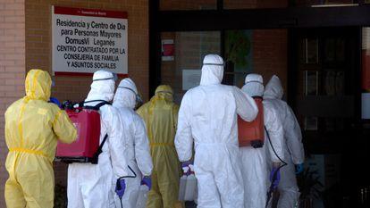 Military personnel disinfecting the DomusVi nursing home in Leganés (Madrid).