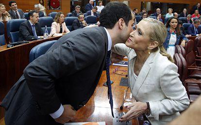 Cristina Cifuentes greets Ciudadanos regional leader Ignacio Aguado at the Madrid regional assembly.