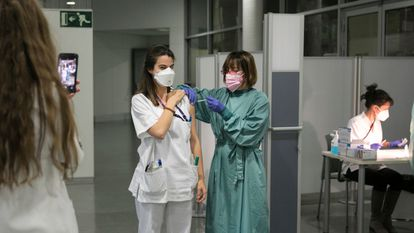 Health workers at Sant Pau hospital in Barcelona are vaccinated against the coronavirus.