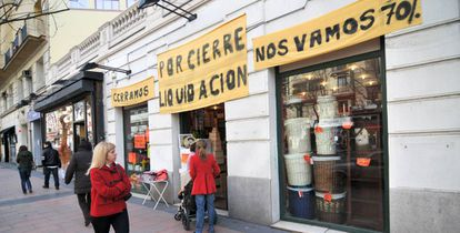 A going-out-of-business sale in Madrid.