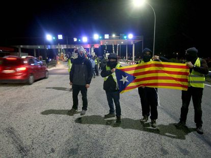 CDR demonstrators at a toll booth.