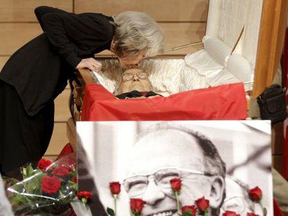 Santiago Carrillo's widow, Carmen Menéndez, kisses her hsband's forehead in the CCOO's Marcelino Camacho hall in Madrid.